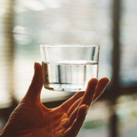 imagem de uma mulher segurando um copo de água limpa
